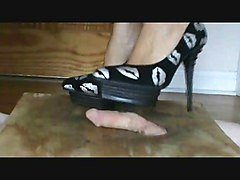 Cock crush in black kissy pumps
