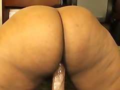 seductive ebony bitch exposes her fantastic ass and stuffs it with a dildo